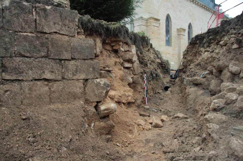 Vestiges mis au jour autour de l'église d'Elan, lors d'une surveillance de travaux.